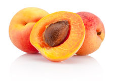 Frutos frescos do abricó do corte isolados no fundo branco Fotos de Stock