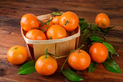 Frutos frescos do mandarino das tangerinas na tabela de madeira Ainda vida rústica Imagem de Stock Royalty Free