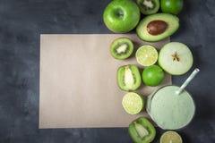 Frutos frescos e batido verde em uma nota de papel vazia Acima da vista com espaço da cópia fotografia de stock royalty free