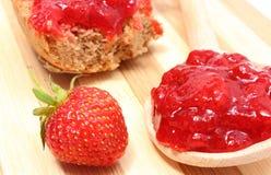 Frutos frescos e doce de morango na placa de corte de madeira Fotografia de Stock Royalty Free