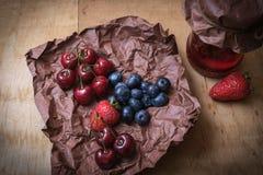 Frutos frescos e frasco do doce imagem de stock