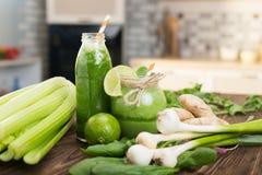 Frutos frescos e garrafa com os batidos na mesa de cozinha Foto de Stock