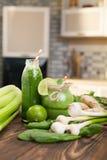 Frutos frescos e garrafa com os batidos na mesa de cozinha Imagens de Stock Royalty Free