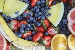 Frutos frescos em uma placa de madeira em um piquenique imagens de stock royalty free
