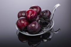 Frutos frescos em uma placa transparente Imagens de Stock