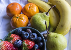 Frutos frescos, morango, mirtilo, laranja da banana e pera misturados foto de stock royalty free