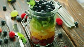 Frutos frescos no frasco de vidro filme