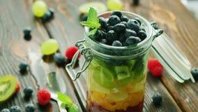 Frutos frescos no frasco de vidro vídeos de arquivo