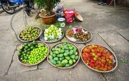 Frutos frescos no mercado de rua em Dalat, Vietname Imagens de Stock Royalty Free