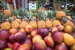 Frutos frescos para a venda Fundo colorido dos frutos imagem de stock royalty free