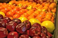 Frutos frescos que são para a venda em um mercado fotografia de stock royalty free