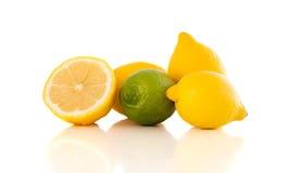 Frutos frescos tropicais saudáveis no fundo branco Fotos de Stock Royalty Free