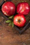 Frutos maduros da romã no fundo de madeira Imagens de Stock