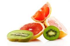 Frutos maduros e suculentos da toranja e o quivi e seu close-up das peças isolados no fundo branco Imagem de Stock Royalty Free