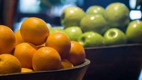 Frutos maduros frescos na cozinha do restaurante vídeos de arquivo