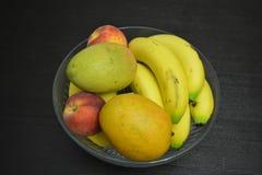 Frutos misturados no fundo da tabela da bacia imagens de stock royalty free
