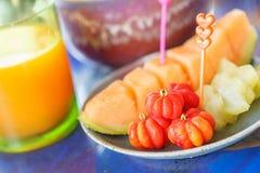 Frutos misturados para comer saudável com suco de laranja Frutos tailandeses fotos de stock