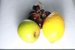 Frutos molhados frescos: limão, maçã verde e uvas com a decoração isolada no fundo branco Foto de Stock Royalty Free