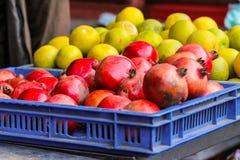 Frutos na loja local Imagem de Stock Royalty Free