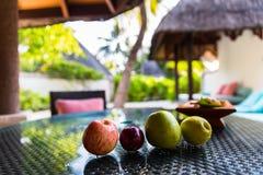 Frutos na mesa no recurso Maldivas de quatro estações em Kuda Huraa Foto de Stock