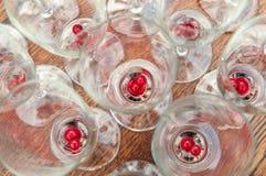 Frutos na parte inferior de vidros de vinho espumante imagem de stock