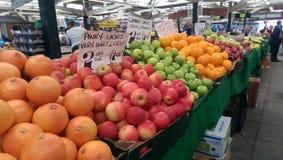 Frutos no mercado local Foto de Stock Royalty Free