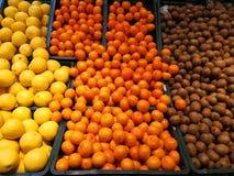 Frutos no supermercado - quivis, laranjas e toranjas fotos de stock