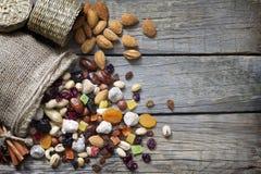Frutos Nuts e secados em placas de madeira do vintage foto de stock