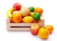 Frutos plásticos artificiais na caixa de madeira imagem de stock royalty free