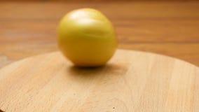 Frutos que giram em uma placa vídeos de arquivo