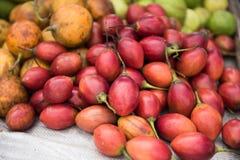 Frutos que vendem no mercado Imagens de Stock Royalty Free