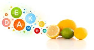 Frutos saudáveis com símbolos e ícones coloridos da vitamina Fotos de Stock Royalty Free