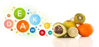Frutos saudáveis com símbolos e ícones coloridos da vitamina Foto de Stock Royalty Free