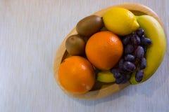 Frutos saudáveis em uma bacia de madeira foto de stock