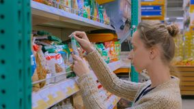 Frutos secados compra da mulher no supermercado imagens de stock royalty free