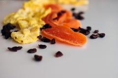 Frutos secados diferentes dispersados na superfície da tabela fotografia de stock