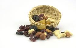 Frutos secos clasificados sanos orgánicos en una placa Imágenes de archivo libres de regalías