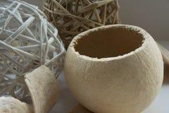 Frutos secos dispuestos con las bolas de mimbre Imagen de archivo libre de regalías