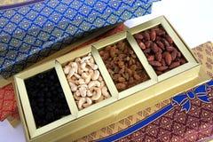 Frutos secos e caixa de presente das porcas Fotos de Stock Royalty Free