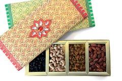 Frutos secos e caixa de presente das porcas Imagem de Stock Royalty Free