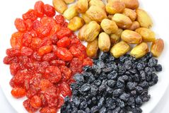 Frutos secos en el primer blanco de la placa Foto de archivo