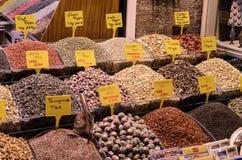 Frutos secos expostos para a venda no mercado com preços Foto de Stock Royalty Free