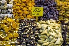 Frutos secos misturados para a venda em uma loja dentro do bazar da especiaria em Istambul em Turquia Fotografia de Stock Royalty Free