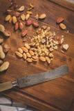 Frutos secos na tabela de madeira fotos de stock royalty free