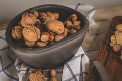 Frutos secos na tabela de madeira foto de stock