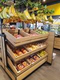 Frutos sortidos vendidos em uma cremalheira imagens de stock royalty free