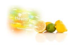 Frutos suculentos coloridos com texto e sinais saudáveis Foto de Stock