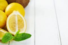 Frutos tópicos em uma tabela de madeira branca Imagem de Stock