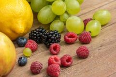 Frutos tropicais do verão na tabela de madeira Fotografia de Stock Royalty Free