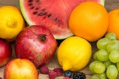 Frutos tropicais do verão na tabela de madeira Foto de Stock